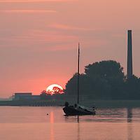 LEMMER - Lemsteraak WK77 voor anker in de baai van Lemmer vlak voor zonsondergang