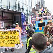 NLD/Eindhoven/20190302  - Romario bij carnavalsoptocht 2019 in Eindhoven, Praalwagen De polisie moet harder optreden
