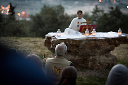 20 April 2019, Jerusalem: An Ecumenical Accompanier from the World Council of Churches' Ecumenical Accompaniment Programme in Palestine and Israel (EAPPI) looks on, as Rev. Carey Ballenger leads an Easter Sunday sunrise service at Jabal Allah (God's Mountain) on the Mount of Olives in Jerusalem, held by the Lutheran Church of the Redeemer (English-speaking congregation).
