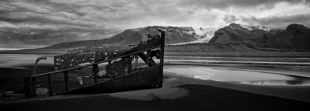 Ship wreck in the sand beach in Oraefi, south east of Iceland - Skipsflak í fjörunni skammt frá Kvísker í Öræfasveit