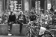 Nederland, Nijmegen, 16-6-1984Jongeren, punkers, zitten op het Koningsplein op een muurtje en kletsen wat . Achter hen is een platenzaak,platenwinkel, waar de lps goedkoop aangeboden worden .Foto: Flip Franssen