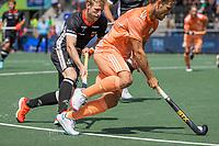 AMSTELVEEN - Jeroen Hertzberger (Ned) met Linus Müller (Dui) . EK hockey, finale Nederland-Duitsland 2-2. mannen.  Nederland wint de shoot outs en is Europees Kampioen.  COPYRIGHT KOEN SUYK