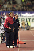Fotball, Liverpool's manager Gerard Houllier (right) and assistant Phil Thompson at the Olympic Stadium in Helsinki.  (Foto: Digitalsport).