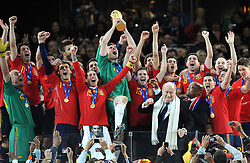 11.07.2010, Soccer-City-Stadion, Johannesburg, RSA, FIFA WM 2010, Finale, Niederlande (NED) vs Spanien (ESP) im Bild Spaniens Kapitän Iker Casillas hebt den WM Pokal in die Höhe, Spanien ist Weltmeister 2010, die Spieler jubeln, EXPA Pictures © 2010, PhotoCredit: EXPA/ InsideFoto/ Perottino *** ATTENTION *** FOR AUSTRIA AND SLOVENIA USE ONLY! / SPORTIDA PHOTO AGENCY