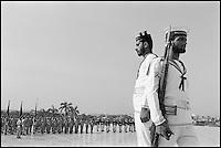 Pakistan, Karachi, Parade militaire sur la tombe de Mohammed Ali Jinah. // Pakistan. Sind Province. Karachi. Military parade at the Jinah tomb.