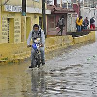 Toluca, México.- Ante la intensiva lluvia registrada en el valle de Toluca la avenida Benito Juárez en el municipio de San Mateo Atenco presentó inundaciones, policía estatal abordó de unidades tipo anfibio brindó la ayuda a los transeúntes que circulaban por la zona. Agencia MVT / Arturo Hernández.