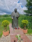 """Pomnik Jana Pawła II w Studzienicznej upamiętnający wizytę Ojca Świętego. Na pomniku umieszczono  słowa wypowiedziane wtedy przez papieża """"Byłem tu wiele razy, ale jako papież po raz pierwszy i chyba ostatni""""."""