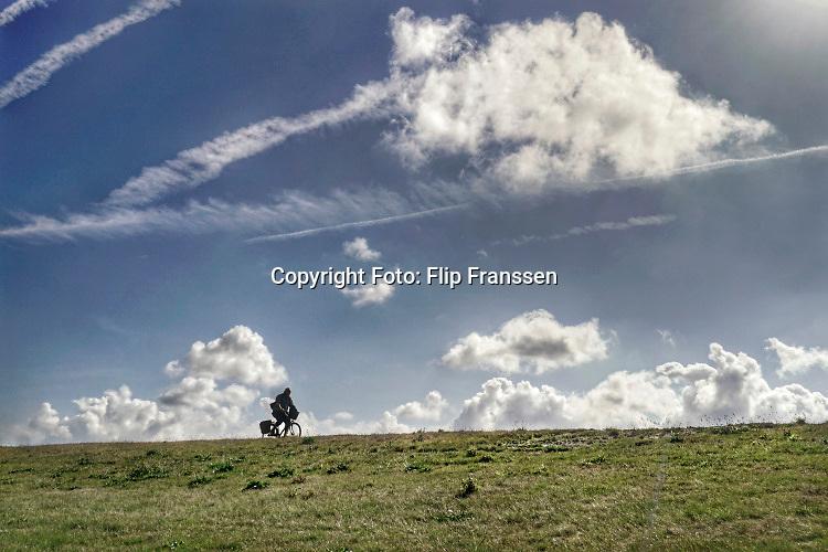 Nederland, Groede, Zeeland, 17-9-2019 In de duinen langs de Noordzee in Zeeuws Vlaanderen. Het is naseizoen en daardoor zijn er veel toeristen, vooral uit duitsland . Er wordt gefietst en gewandeld in het duinengebied richting Breskens. Foto: Flip Franssen