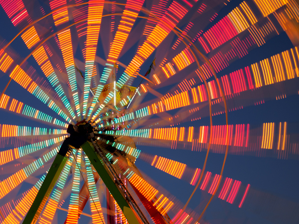 United States, Washington, Puyallup, ferris wheel in motion at annual Puyallup Fair at night