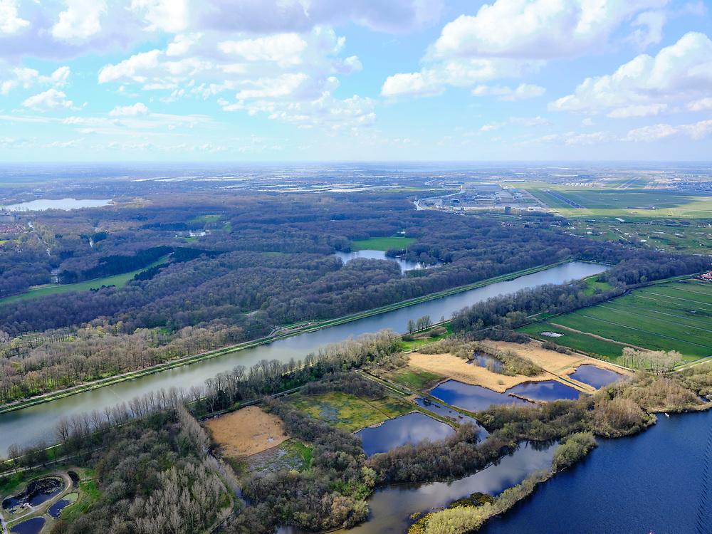 Nederland, Noord-Holland, Amsterdam; 16-04-2021; Zicht op Amsterdamse Bos met de Bosbaan. Schiphol in het verschiet met zicht op de Oostbaan (04 - 22).<br /> View of the Amsterdamse Bos with the Bosbaan. Schiphol in the distance with a view of the Oostbaan (04 - 22).<br /> <br /> luchtfoto (toeslag op standard tarieven);<br /> aerial photo (additional fee required)<br /> copyright © 2021 foto/photo Siebe Swart