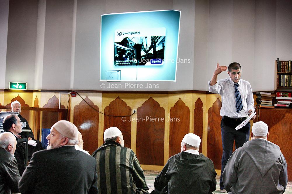 Nederland, Amsterdam , 21 mei 2010..In moskee El Hijra wordt door meneer van allochtone afkomst werkzaam bij de GVB uitleg gegeven aan moslims omtrent het gebruik van de OV chipkaart..Foto:Jean-Pierre Jans