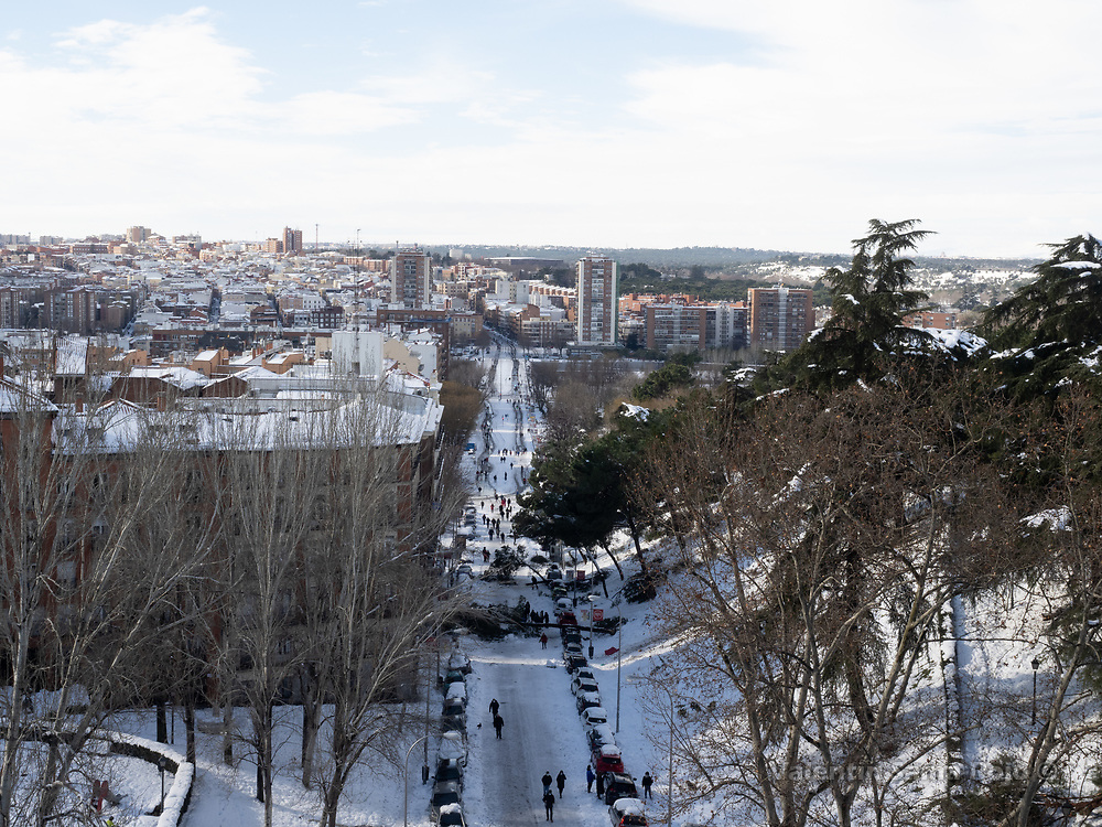 Madrid, Spain. 10th January, 2021. A fallen tree blocking Segovia street the day after storm Filomena hitted Madrid. After Storm Filomena, Madrid (Spain) is covered in snow and ice, lots of trees have fallen and it is not possible to use the car in most of the streets but people walk around the city. © Valentin Sama-Rojo.