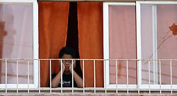Morador observa as forças especiais do exército e das polícias invadirem a favela do Morro do Alemão em 28 de novembro de 2010 no Rio de Janeiro, Brasil. Após dias de preparação, forças de segurança do Brasil, lançaram um ataque contra uma favela, onde entre 500 e 600 traficantes de drogas estão escondidos e recusam a se render. Cerca de 2.600 tropas aerotransportadas, marines e membros das unidades de elite da polícia participaram da operação como alvo um grupo de favelas sem lei conhecido como Complexo de Alemão. FOTO: Jefferson Bernardes/Preview.com