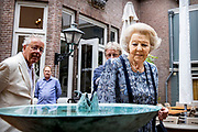 DEN HAAG, 12-07-2021, Pulchri Studio<br /> <br /> Prinses Beatrix der Nederlanden tijdens een bezoek aan de beeldententoonstelling 'Voorhout Monumentaal' op het Lange Voorhout en in de binnentuin van Pulchri Studio in Den Haag.  FOTO: Brunopress/POOL/Patrick van Katwijk<br /> <br /> Princess Beatrix of the Netherlands during a visit to the sculpture exhibition 'Voorhout Monumental' on the Lange Voorhout and in the courtyard of Pulchri Studio in The Hague.