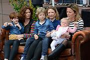 De bibliotheek Amstelveen laat Frits Barend voorlezen aan kleinkinderen en aan de Koning op Koningsdag<br /> <br /> Op de foto: Barbara Barend met partner Alette Bastiaansen ,  hun dochter dochter Livia Joëlle, hun zoon Sebastiaan Bram en Kim Barend met haar zoon