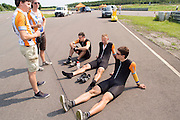 Teleurgesteld zitten de fietsers op de grond na de mislukte recordpoging. HPT Delft en Amsterdam is in Senftenberg voor de recordpogingen op de Dekra baan.<br />