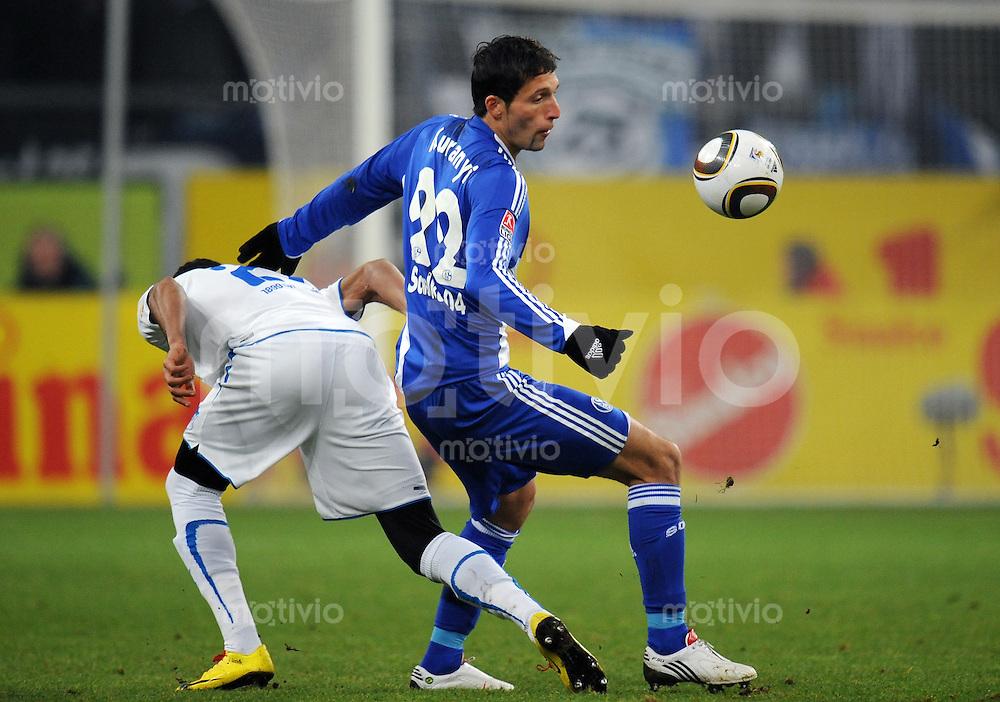 FUSSBALL  1. BUNDESLIGA   SAISON 2009/2010  20. SPIELTAG FC Schalke 04 - 1899 Hoffenheim   30.01.2010 Luiz GUSTAVO (li, Hoffenheim) gegen Kevin KURANYI (re, Schalke)