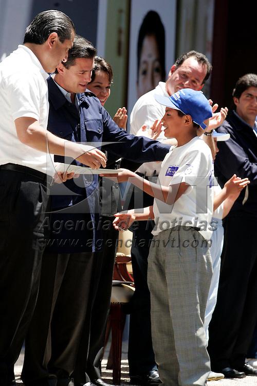"""Toluca, Mex.- Enrique Peña Nieto, Gobernador del Estado de Mexico, entrego 6 becas a alumnos, donde encabezo la ceremonia de lanzamiento del programa """"Por los que se quedan"""" de la Fundacion BBVA Bancomer. Agencia MVT / Javier Rodriguez. (DIGITAL)<br /> <br /> <br /> <br /> <br /> <br /> <br /> <br /> NO ARCHIVAR - NO ARCHIVE"""