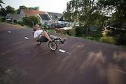 Bij Lent rijden forensende ligfietser over 't Groentje, de nieuwe fietsbrug die onderdeel is van het Rijn-Waalpad, de snelfietsroute tussen Arnhem en Nijmegen. Als de route helemaal klaar is, kunnen fietsers binnen 40 minuten van Arnhem naar Nijmegen fietsen. De snelfietsroute kent weinig obstakels en moet het aantrekkelijk maken om ook langere afstanden met de fiets af te leggen.<br /> <br /> Cyclists ride on 't Groentje (the little green), the new bike bridge which is part of the Rijn-Waalpad, the fast cycling route between Arnhem and Nijmegen. When the route is finished, cyclists can get within 40 minutes from Arnhem to Nijmegen. The fast cycle route has few obstacles and to make it attractive to commute long distances by bicycle.