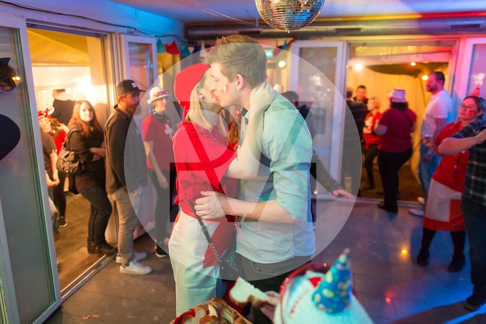 SCHWEIZ - MEISTERSCHWANDEN - Meitlitage 2018, hier die Eierzopfverteilung in der Café-Bar Speuzli - 14. Januar 2018 © Raphael Hünerfauth - http://huenerfauth.ch