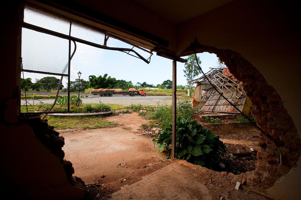 Nepomuceno_MG, Brasil...Vista de uma rodovia dentro de uma construcao abandonada em Nepomuceno...The view of highway inside a abandoned construction in Nepomuceno...Foto: LEO DRUMOND / NITRO.....