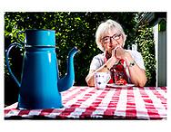 Pia Kjærsgaard, Hun er tidligere politisk leder af Fremskridtspartiet, som hun sad i Folketinget for i perioden 1984-1995. Hun er stifter af Dansk Folkeparti og var fra 1995 til 2012 formand for partiet. I perioden juli 2015 - juni 2019 var hun formand for Folketinget. <br /> Den 7. august 2012 annoncerede hun sin tilbagetræden som partiformand. Pia Kjærsgaard er medlem af Folketingets Præsidium og er desuden Ridder af 1. grad af Dannebrogordenen.<br /> Her er Pia fotograferet i hjemme i sin have i Gentofte.