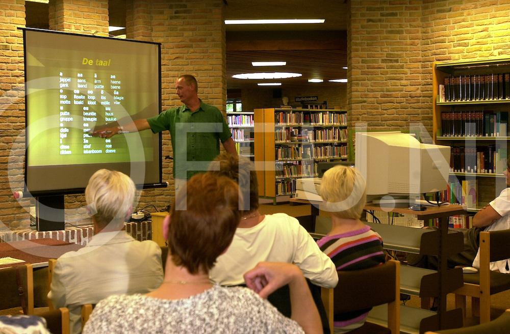 fotografie frank uijlenbroek©2001 frank uijlenbroek.010628 raalte ned.Harrie Kiekenbosch geeft dialectuitleg aan zij toehoorders.sa2 vrijdag