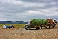 Mongolie, province de Bayan-Ulgii, région de l'ouest, camion chargé des laines à une pompe à essence // Mongolia, Bayan-Ulgii province, western Mongolia, a truck weighed down with the wool at petrol pompe