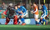 BLOEMENDAAL  - drukte voor het doel van keeper Maurits Visser (Bldaal). Derck de Vilder (Kampong) , Boet Phijffer (Kampong) .    Bloemendaal-Kampong (2-1).  hoofdklasse hockey mannen. COPYRIGHT KOEN SUYK