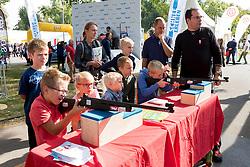 24.09.2016, Prater, Wien, AUT, Tag des Sports 2016, im Bild Kinder beim schiessen beim Biathlon Stand // during Tag des Sports at Prater in Vienna, Austria on 2016/09/24 EXPA Pictures © 2016 PhotoCredit: EXPA/ Sebastian Pucher