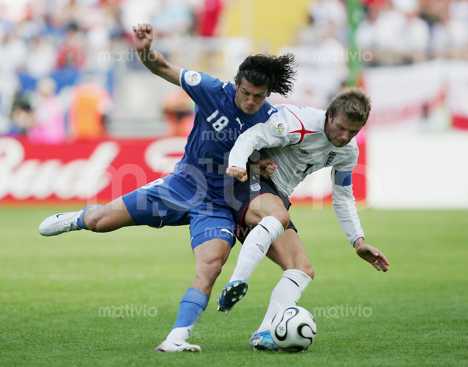 Fussball WM 2006 Vorunde Gruppe B England 1-0 Paraguay David BECKHAM (ENG,re) gegen Nelson VALDEZ(PAR,li)