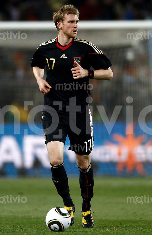 FUSSBALL WM 2010   VORRUNDE    Gruppe D   23.06.2010 Ghana - Deutschland Per MERTESACKER (Deutschland) Einzelaktion am Ball