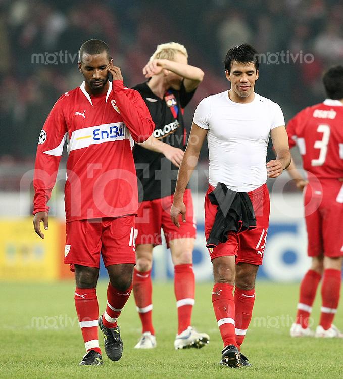Fussball International Championas League 07/08  VfB Stuttgart - Olympique Lyon Enttaeuschung VfB; Cacau, Alexander Farnerud und Pavel Pardo (v.li)