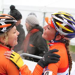 Sanne van Paassen en Sophie de Boer hebben reden tot lachen. Beiden hadden niet de meest ideale laatste week richting het WK en reden bovern eigen verwachting