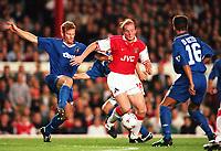 Fotball<br /> Premier League 1996/97<br /> Chelsea v Arsenal<br /> 4. september 1996<br /> Foto: Digitalsport<br /> NORWAY ONLY<br /> JOHN HARTSON (ARSENAL) ERLAND JOHNSEN AND ROBERTO DI MATTEO (CHELSEA)