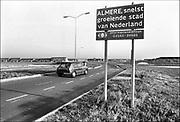 Nederland, Almere, 10-12-1985Binnenkomst in Almere, de snelst groeiende stad van Nederland. In 1985 telde de gemeente 40.000 inwoners tegen 190.000 in 2010.Foto: Flip Franssen/Hollandse Hoogte