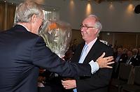 SOESTDUINEN - Hoofdredacteur Jan-Kees van der Velden wordt gehuldigd door Ronald Pfeiffer (l) .Algemene Ledenvergadering van de NGF (Nederlandse Golf Federatie) met bestuurswisseling. COPYRIGHT KOEN SUYK