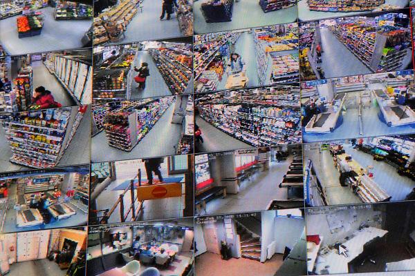 Nederland, Nijmegen, 19-2-2008..Een groot beeldscherm in het kantoor van een supermarkt in de wijk Lindenholt laat de beelden zien van 29 beveiligingscamera's zien die in de winkel hangen en winkeldiefstal en winkeldieven moeten registreren. De beelden worden enkele dagen bewaard...Foto: Flip Franssen