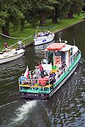 Giżycko, 2007-08-06. Statek wycieczkowy i jachty na kanale Łuczańskim w Giżycku.