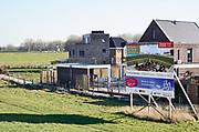 Nederland, Nijmegen, 27-2-2019 Reclamebord voor de verkoop van bouwkavels aan de dijk in dit dorp in Gelderland.Foto: Flip Franssen