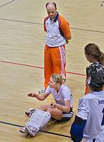 ALMERE - Training Nederlands Zaalhockeyteam dames  voor WK in Polen. Aanvoerder Marieke Dijkstra geeft uitleg. Achter haar, bondscoach Joost van Geel.  ANP COPYRIGHT KOEN SUYK