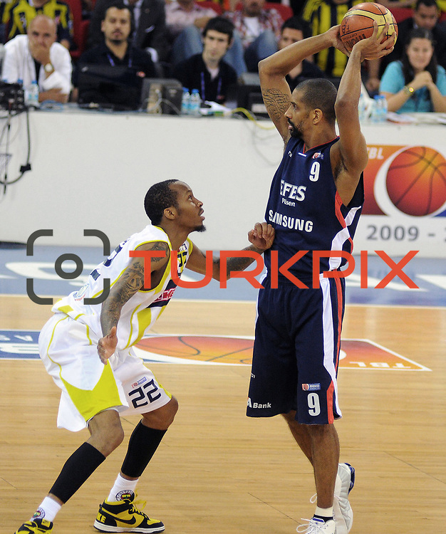 Fenerbahce Ulker's Tarence Anthony KINSEY (L) and Efes Pilsen's Preston SHUMPERT (R) during their Turkish Basketball league Play Off Final third leg match Fenerbahce Ulker between Efes Pilsen at the Abdi Ipekci Arena in Istanbul Turkey on Tuesday 25 May 2010. Photo by TURKPIX