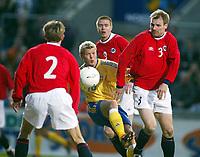 Fotball, 17. april 2002. Landskamp herrer, Norge v Sverige (Norway v Sweden 0-0), Ullevaal stadion. Marcus Allbäck, Sverige,  og de norske spillerne: Erik Hoftun (3), Trond Andersen (9) og André Bergdølmo(2).