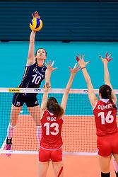 12.06.2018, Porsche Arena, Stuttgart<br /> Volleyball, Volleyball Nations League, Türkei / Tuerkei vs. Niederlande<br /> <br /> Angriff Lonneke Sloetjes (#10 NED) - Block / Doppelblock Meryem Boz (#13 TUR), Zehra Gunes (#16 TUR)<br /> <br /> Foto: Conny Kurth / www.kurth-media.de