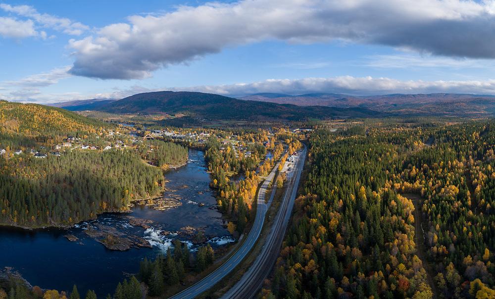 Flyfoto-panorama fra tettstedet Namsskogan i Trøndelag.