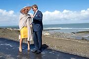 Koning Willem-Alexander en koningin Maxima tijdens hun streekbezoek aan Zeeuws Vlaanderen<br /> <br /> King Willem-Alexander and Queen Maxima  during their visit to Zeeuws Vlaanderen.<br /> <br /> Op de foto / On the photo:  Aankomst in de gemeente Sluis en korte stop ter hoogte van getijdenduiker 'het Killetje' met uitzicht over het strand en de Westerschelde<br /> <br /> Arrival in the municipality of Sluis and short stop at the height of tides diver the Killetje 'overlooking the beach and the Westerschelde
