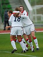 Brit Sandaune, Norge omfavner Ingrid Camilla Fosse Sæthre, Norge. A-landslaget 2003. Fotball. EM-kvalifisering kvinner. Spania - Norge 0-2. Las Rozas, Madrid, Spania. 16. november 2003. (Foto: Peter Tubaas/Digitalsport)