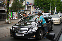 DEU, Deutschland, Germany, Berlin, 08.05.2013:<br /> Junge Roma putzen die Scheiben von Autos an einer Kreuzung am Kottbusser Tor in Berlin-Kreuzberg.