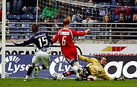 Fotball Tippeliga Viking Stadion 16/05-06<br /> Viking - Sandefjord<br /> Foto: Sigbjørn Andreas Hofsmo, Digitalsport<br /> <br /> Anthony Basso klarerer forran Mikael Andersson - Soma