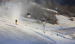 05.01.2016, Saalbach Hinterglemm, AUT, Wintereinbruch in weiten Teilen Österreichs, im Bild eine Schneekanone, der Lift der Schönleitenbahn und Skifahrer auf der Piste // a snowmaking machine, the lift of Schönleitenbahn and skiers on the slopes, Saalbach, Austria on 2016/01/05. EXPA Pictures © 2015, PhotoCredit: EXPA/ JFK